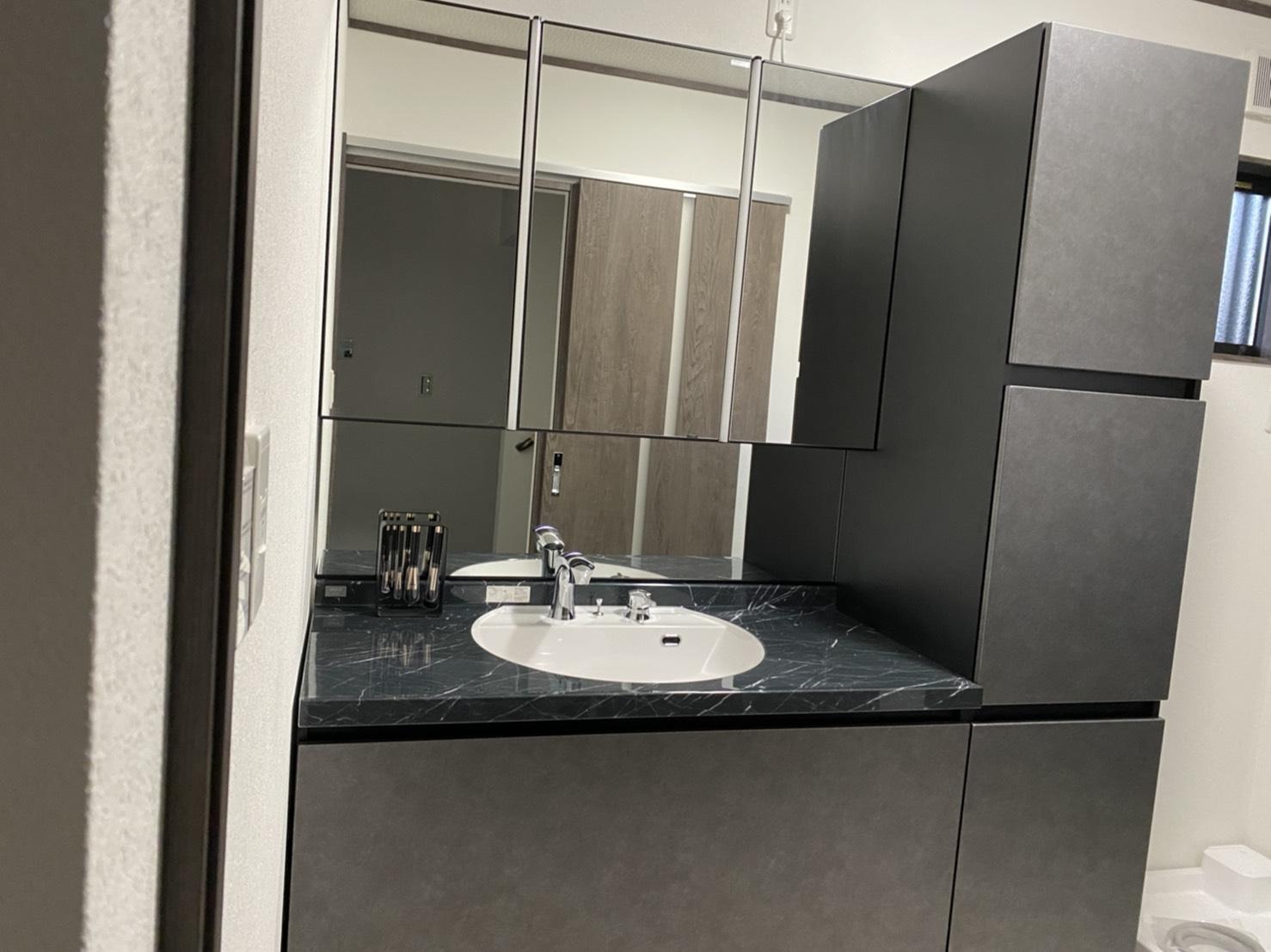 洗面化粧台は3面鏡の収納付きのLIXILのLUMISISボウル一体型タイプとしました。大理石の質感を再現したラピシアカウンターやタッチレス水栓や自動点灯のライト等が揃ったホテルのように気品のある優雅な洗面空間となっています。